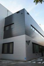 Панель металлическая – алюминиевые варианты для фасада, сырье из оцинкованной стали с покрытием «полиэстер» для наружной отделки дома